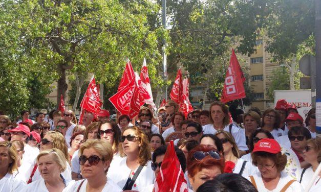 Concentración de delegados y delegadas de limpieza contra los recortes de jornadas en Murcia