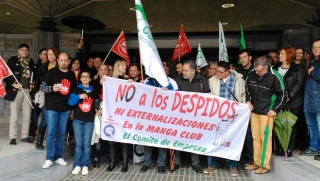 """Los trabajadores del complejo """"La Manga Club de Golf"""" en la puerta de la Asamblea Regional de Murcia en protesta por los últimos despidos"""